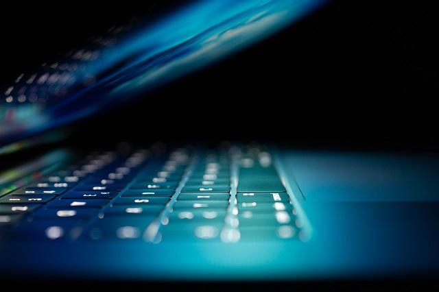 Komputer z podświetloną klawiaturą