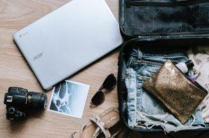 Laptop Acer, lustrzanka i torba podróżna