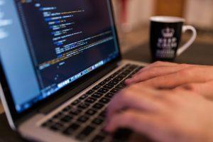 Meżczyzna pracuje przy komputerze