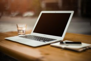stanowisko pracy z laptopem