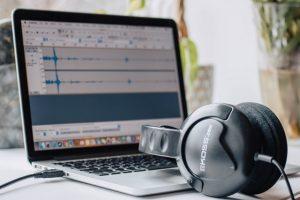 Komputer i słuchawki