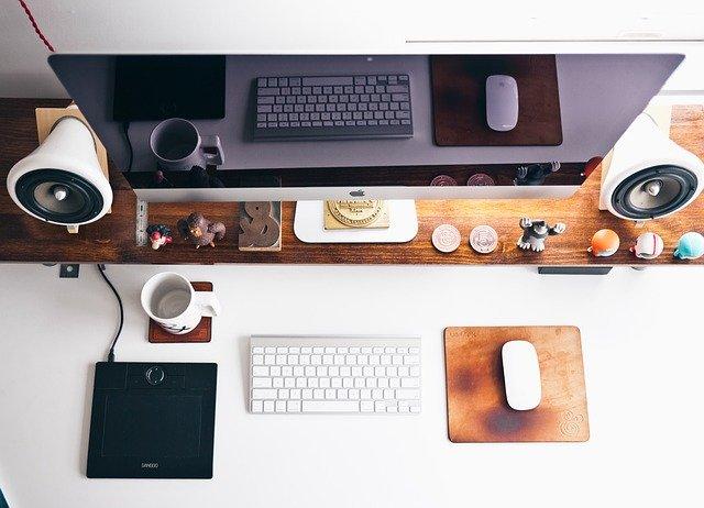 Akcesoria komputerowe na biurku