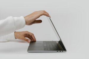 osoba przy laptopie